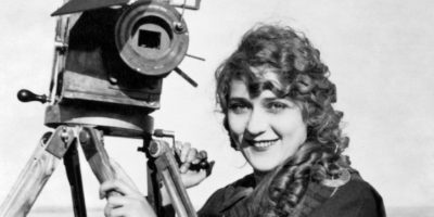 Alice Guy, première femme réalisatrice de l'histoire, mais surtout première à faire des films de fiction.
